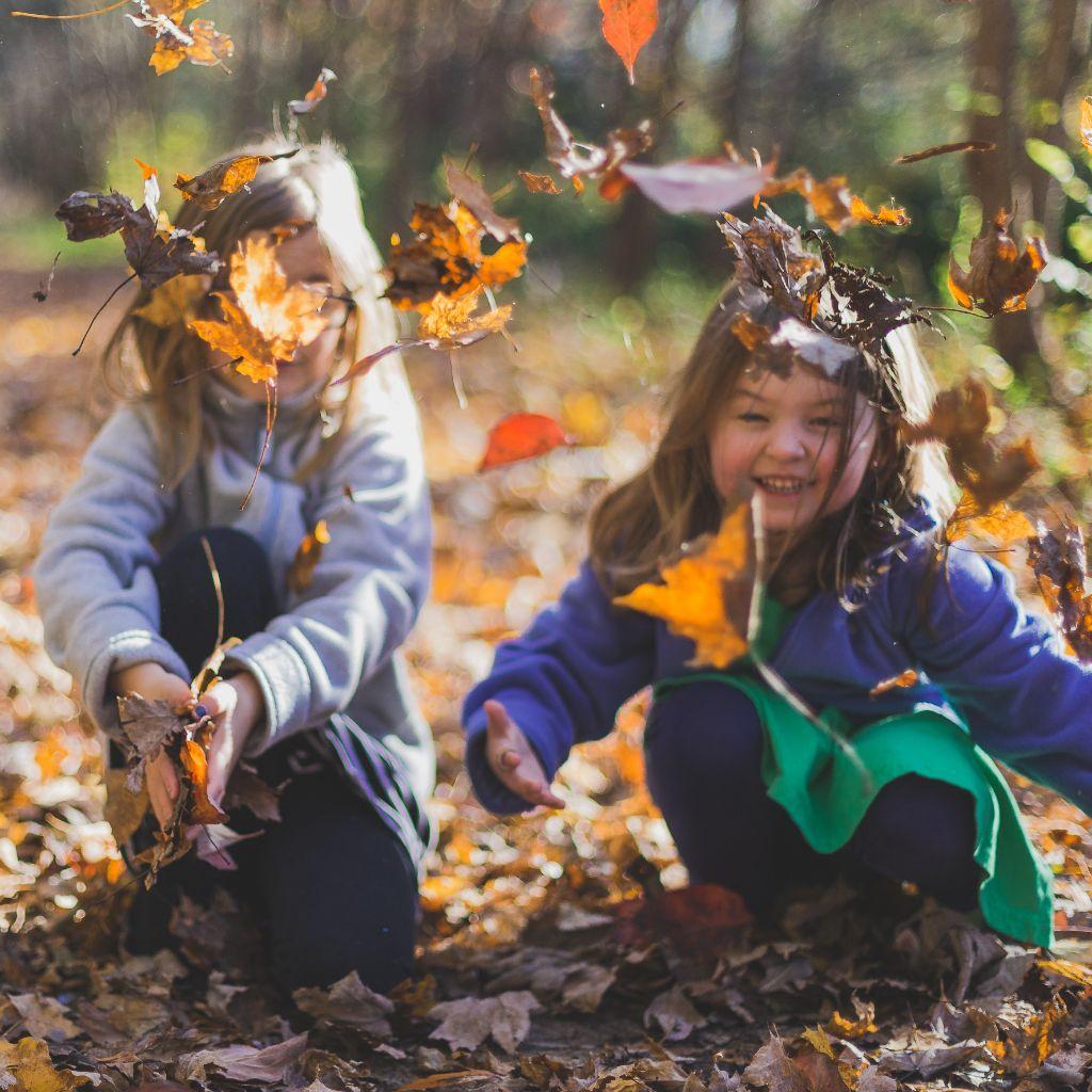 Twee meisjes buitenspelend in het bos, lifestyle advies bij bijziendheid