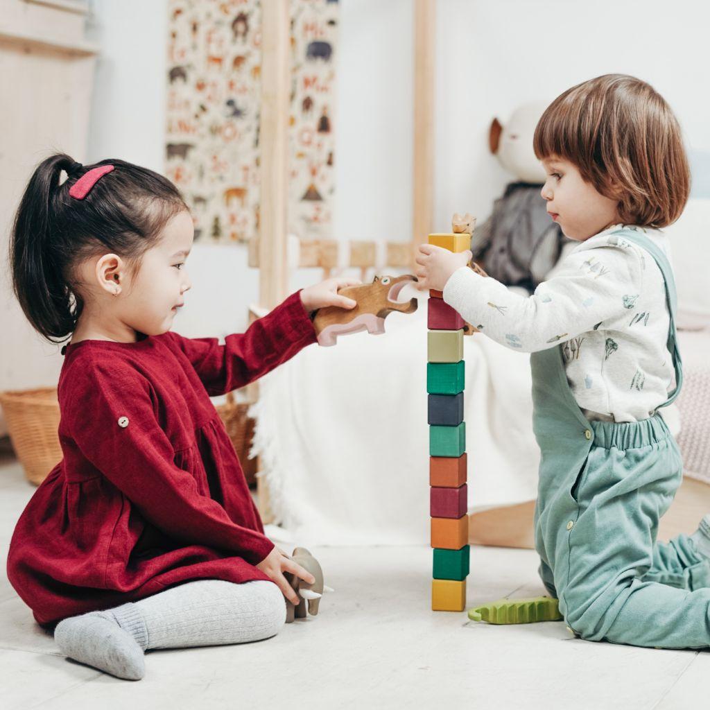 Kinderen binnen aan het spelen, lifestyle advies voor bijziendheid bij kinderen