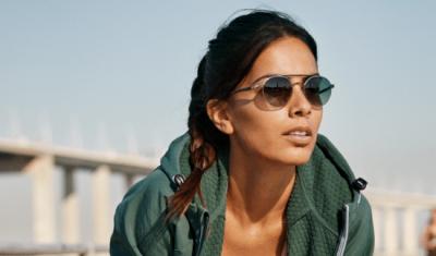 sportieve vrouw draagt bril met meekleurende brillenglazen